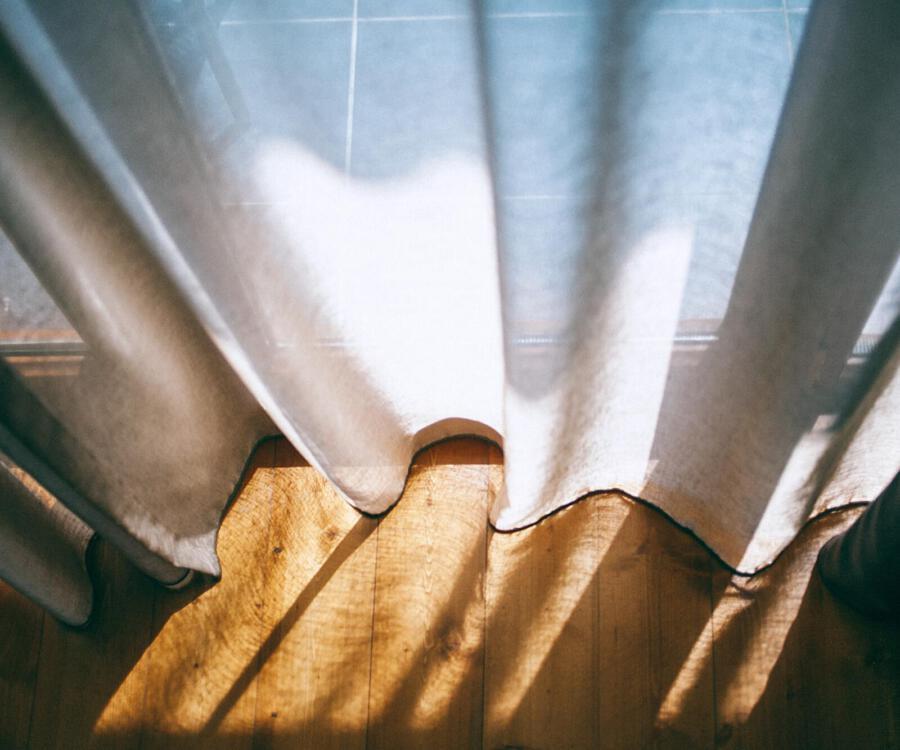Gordijnen die dicht gemaakt zijn voor de zon tegen te houden.